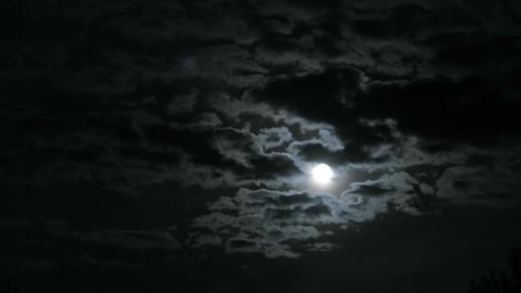 630972876-luna-llena-nubes-moviendose-noche-cielo