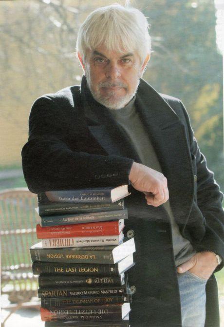 valerio-massimo-manfredi-appoggiato-sui-libri-foto-enrico-vallin