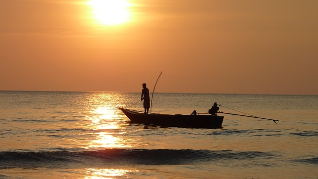 fishing-at-sunset-209112_640